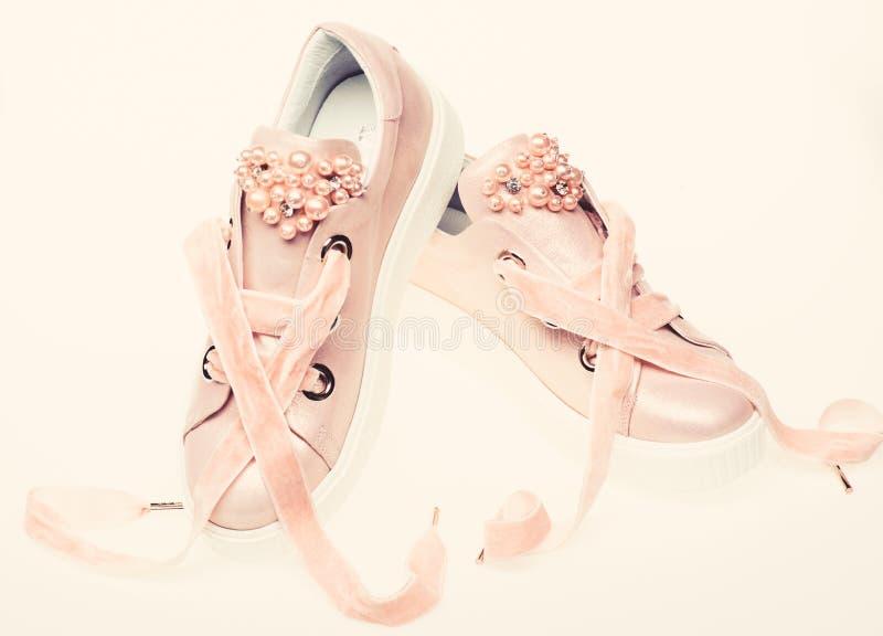 Милые ботинки изолированные на белой предпосылке Обувь для девушек и женщин украшенных с жемчугом отбортовывает Пары бледного - п стоковые фотографии rf