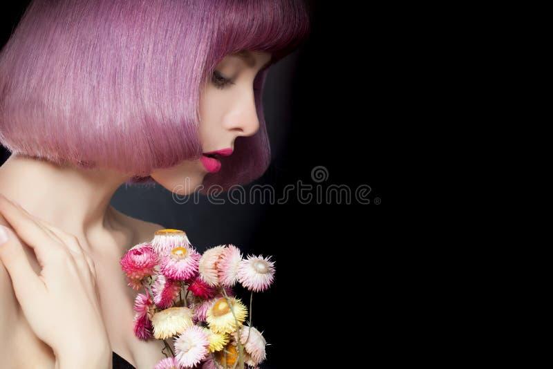 Милые девушка и цветки на предпосылке Портрет моды стоковая фотография rf