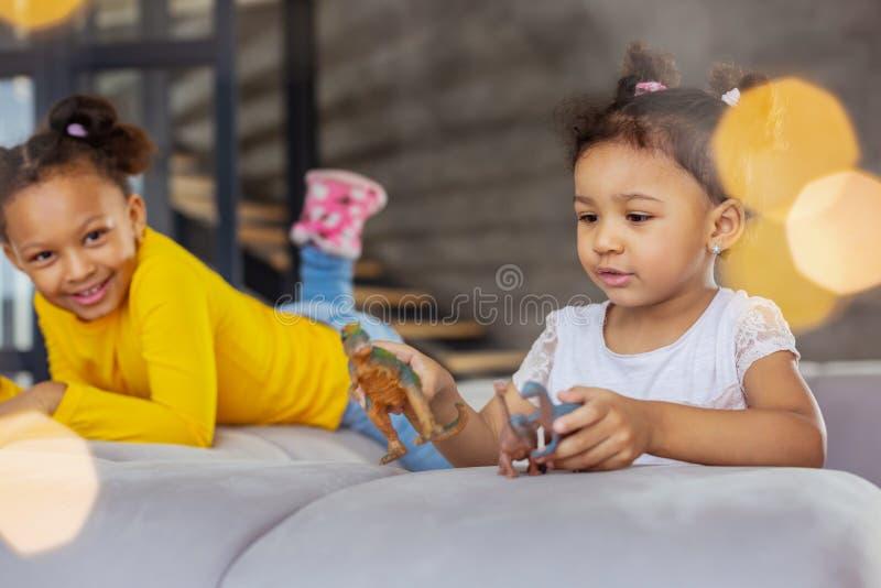 Милые девушки проводя выходные дома совместно стоковые изображения rf