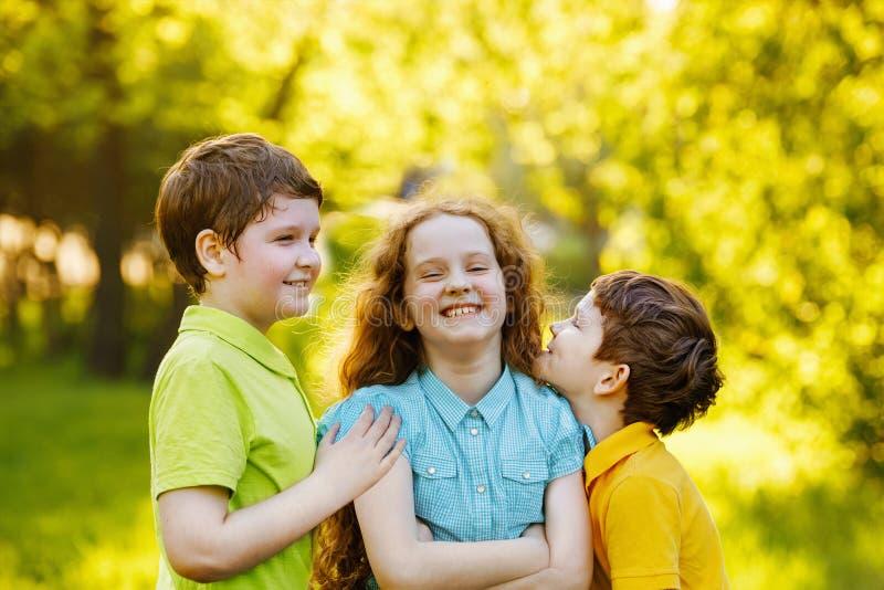 Милые дети отдыхая в парке лета стоковые изображения rf