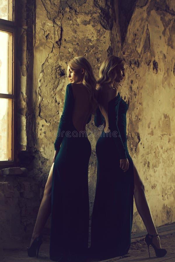 Милые женщины в зеленых платьях стоковые изображения