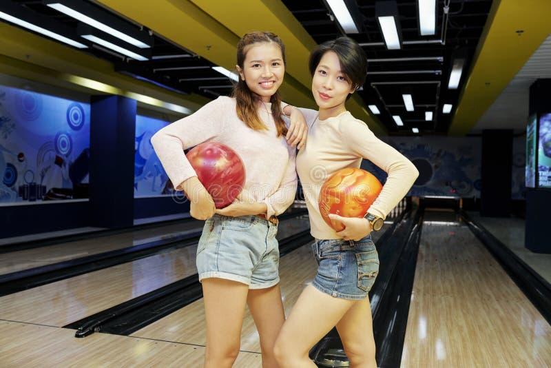 Милые женщины с шариками боулинга стоковое фото rf