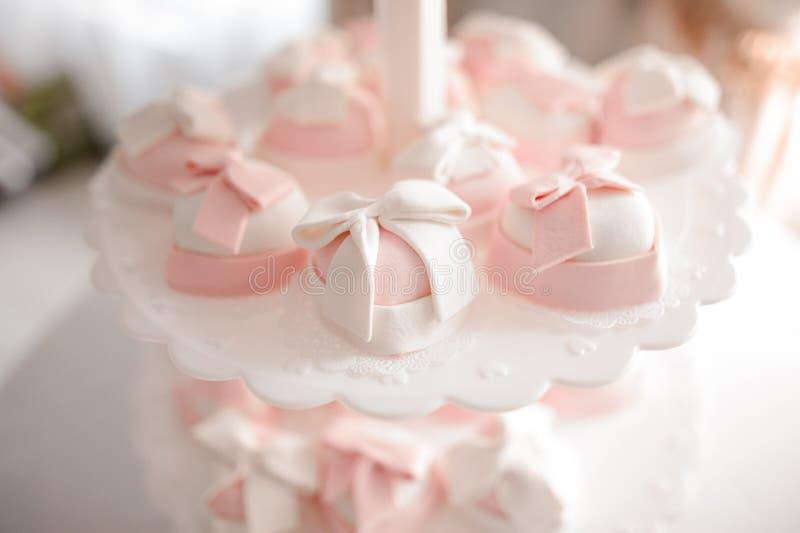 Милые и вкусные свадебные пироги в белых и розовых тонах стоковое фото rf