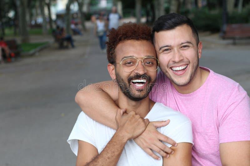 Милые и нежные пары гомосексуалиста outdoors стоковая фотография