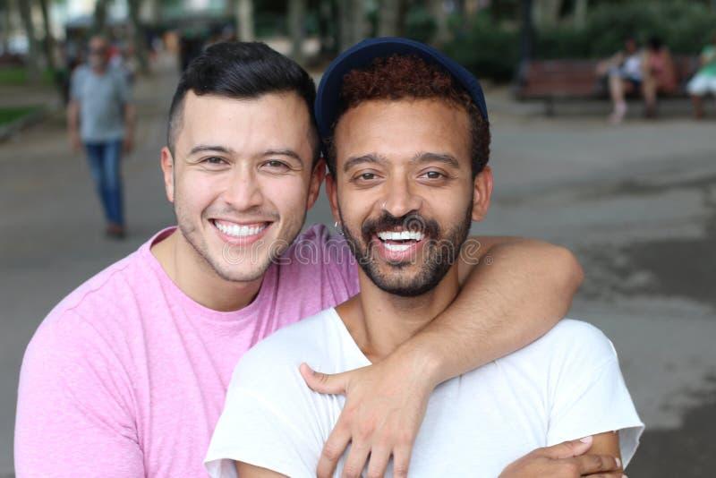 Милые и нежные пары гомосексуалиста outdoors стоковые изображения rf