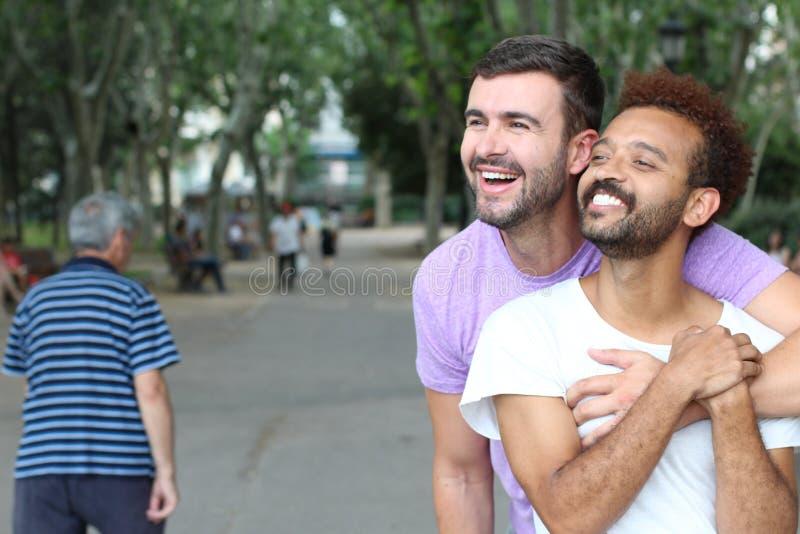Милые и нежные пары гомосексуалиста outdoors стоковое фото rf