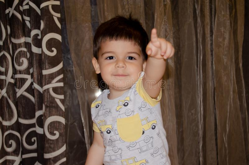 Милые 2 лет старого мальчика делая смешными сторонами предыдущую концепцию развития, портрет, выражения стороны стоковая фотография rf