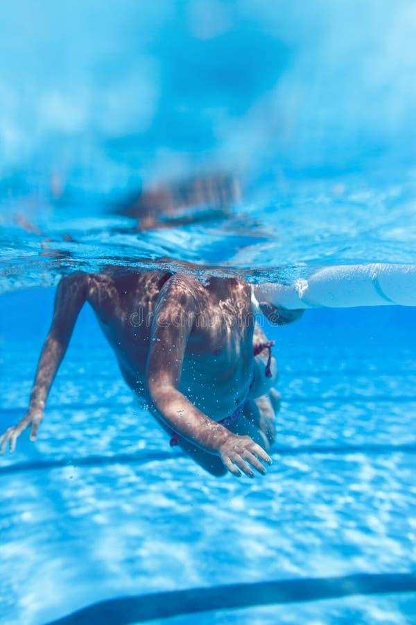 Милые маленькие девочки наслаждаясь в бассейне стоковая фотография rf