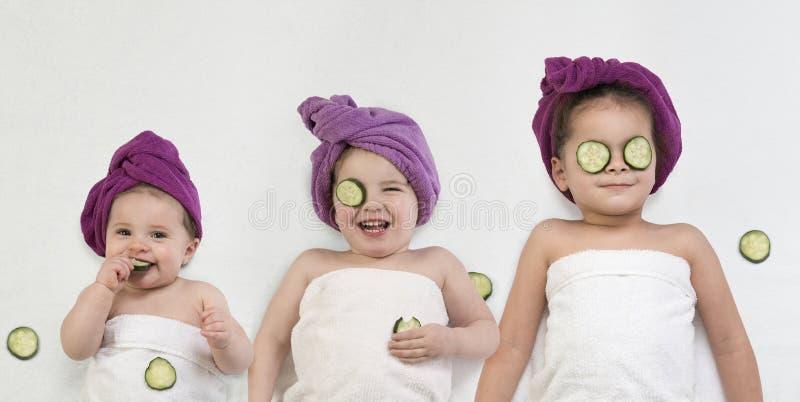 Милые маленькие девочки получая косметическую процедуру стоковое фото rf