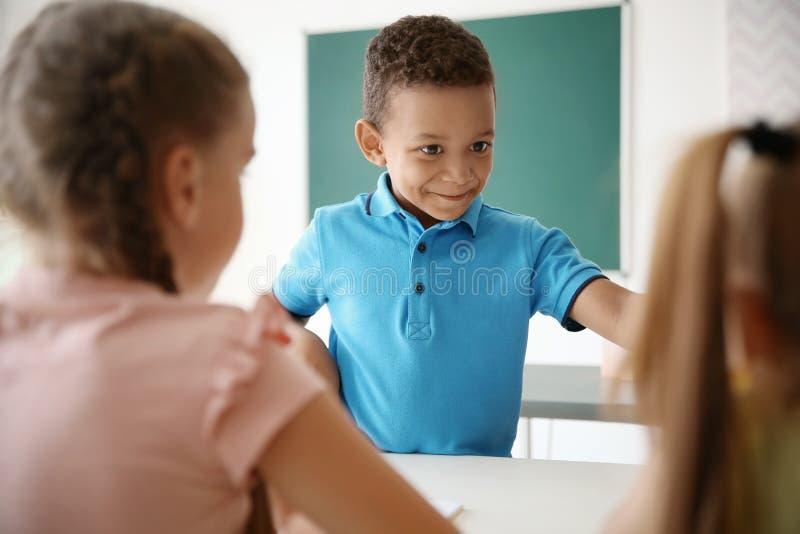 Милые маленькие дети в классе стоковые изображения