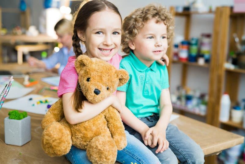 Милые маленькие ребеята с плюшевым медвежонком стоковое изображение
