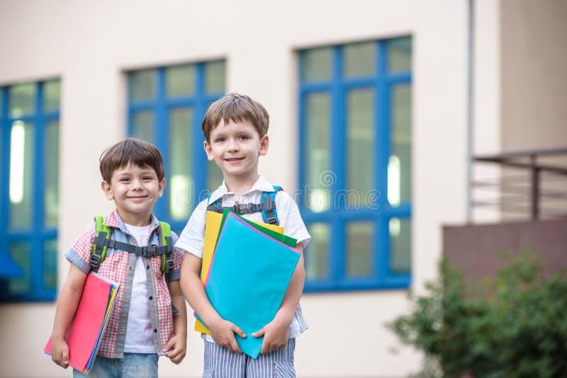 Милые маленькие студенты школы юрко говорят на школьном дворе Chil стоковое фото rf