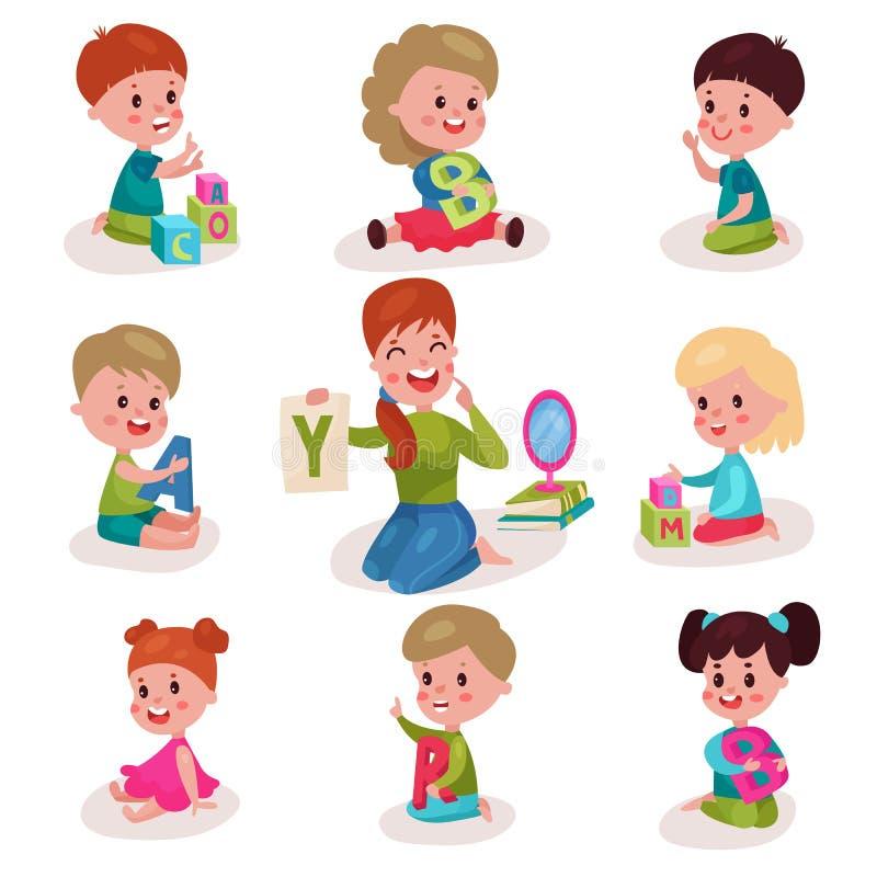 Милые мальчики и девушки уча письма с комплектом логопеда, детей уча через потеху и игру красочную бесплатная иллюстрация