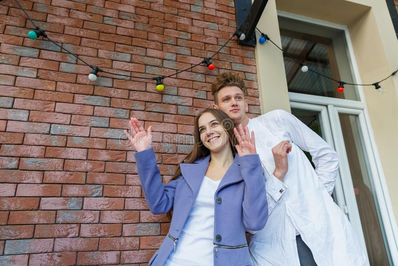 Милые молодые красивые романтичные пары на предпосылке кирпича Предназначенная для подростков романская концепция скопируйте косм стоковые изображения