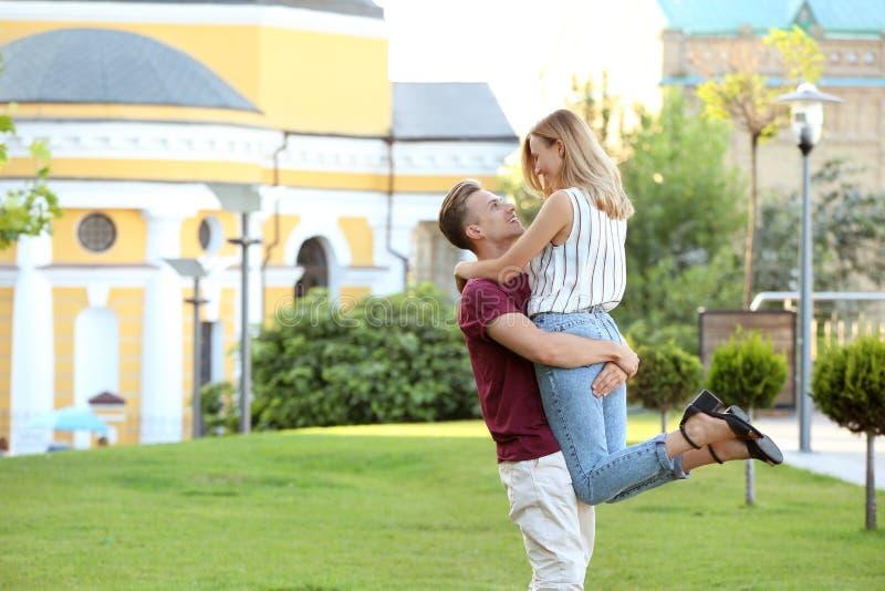 Милые молодые пары имея потеху outdoors стоковые изображения