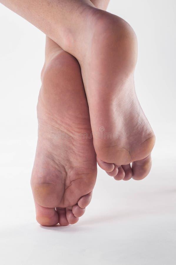 Милые подошвы маленькой девочки barefoot стоковая фотография rf