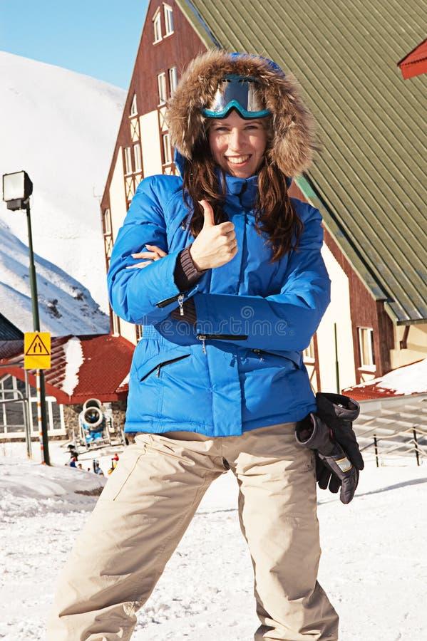 милые показывая большие пальцы руки лыжника вверх стоковые фотографии rf
