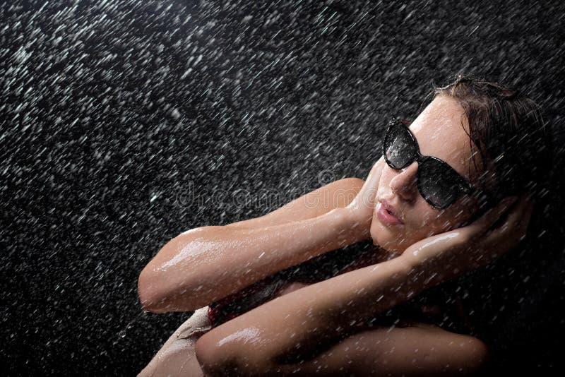 милые солнечные очки ливня предназначенные для подростков стоковое фото rf