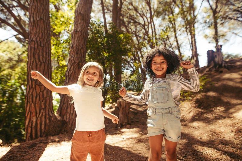 Милые танцы детей в парке стоковое фото