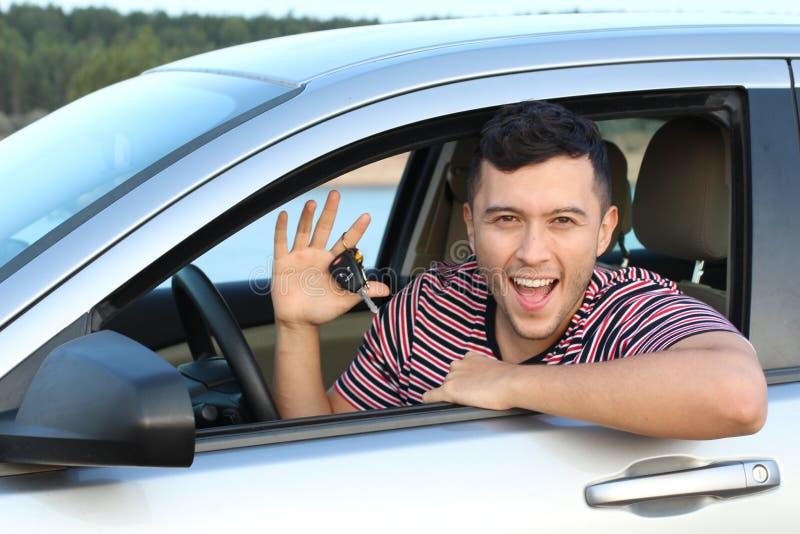 Милые этнические ключи автомобиля удерживания водителя стоковое фото