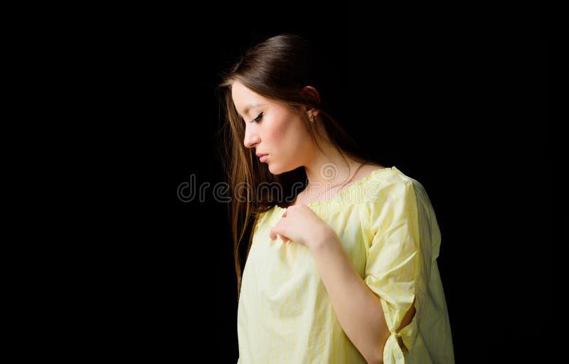 Милые skincare и макияж девушки Украшая волосы и кожа стороны Косметология и красота Ежедневный простой макияж r стоковые фотографии rf