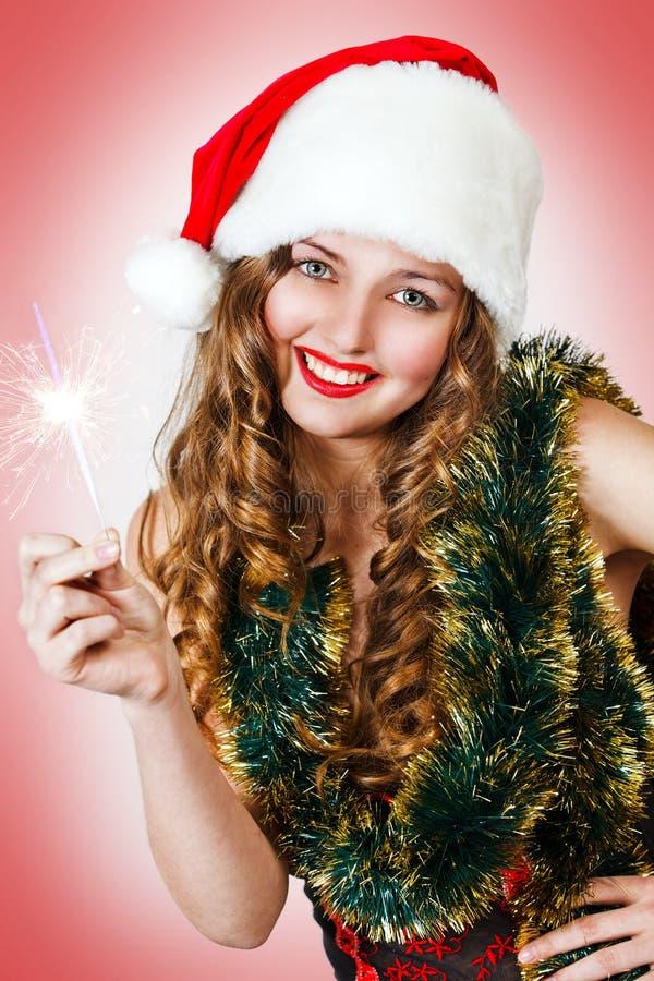 милые sparklers santa удерживания шлема девушки стоковая фотография rf