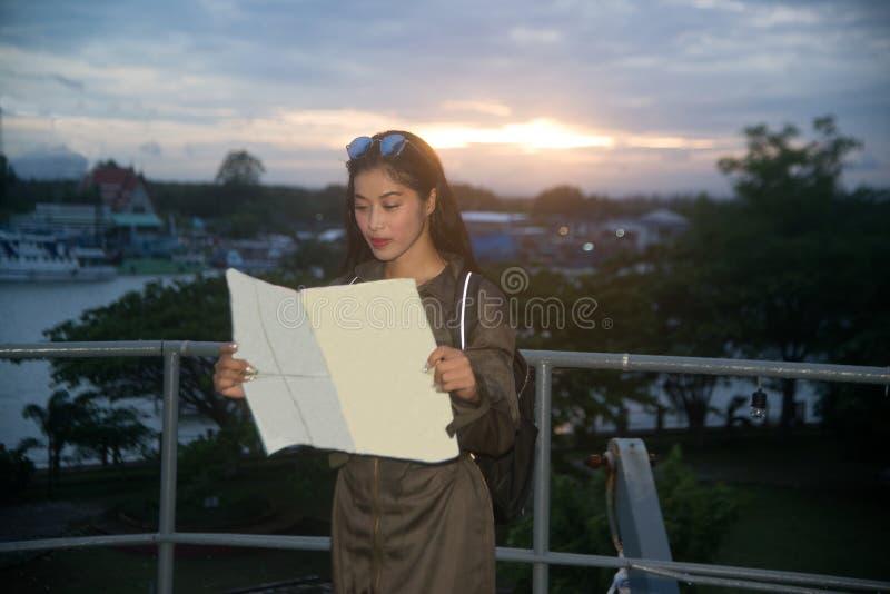 Милый азиатский женщина-солдат смотря карту на корабле стоковое изображение rf