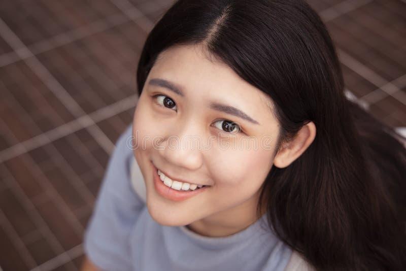 Милый азиатский жирный предназначенный для подростков усмехаться детенышей девушки стоковое изображение rf