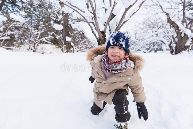Милый азиатский мальчик в зиме стоковое изображение rf
