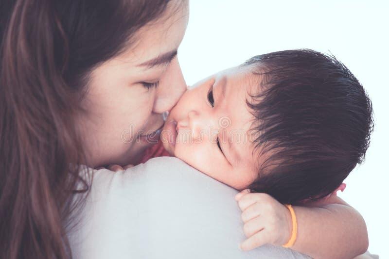 Милый азиатский newborn ребёнок отдыхая на плече ` s матери стоковое изображение rf
