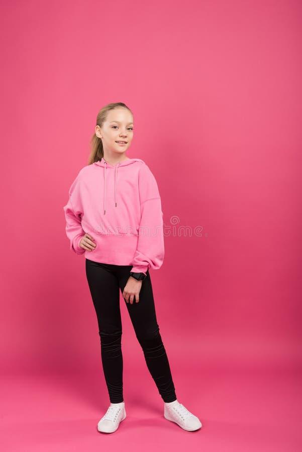 милый атлетический ребенк представляя в sportswear, стоковые фотографии rf