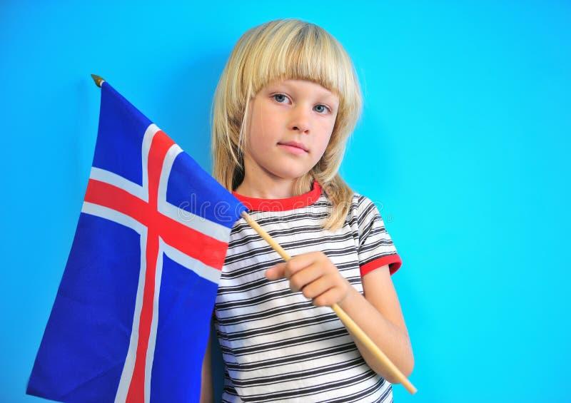 Милый белокурый флаг удерживания мальчика Исландии стоковое изображение rf