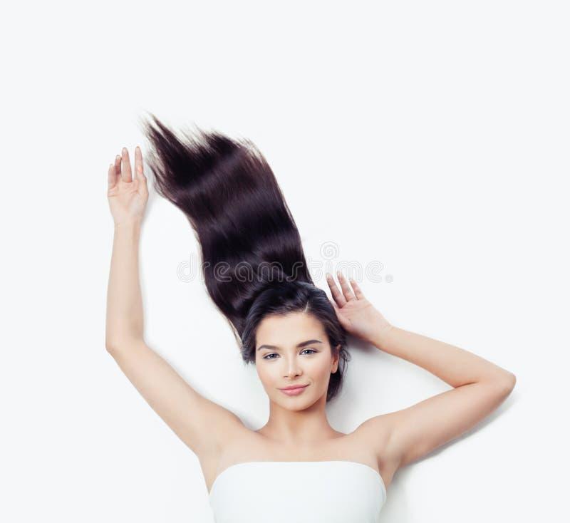 Милый брюнет женщины с вьющиеся волосы дуя - вверх на белизне Эмоция, выразительное выражение лица стоковое фото