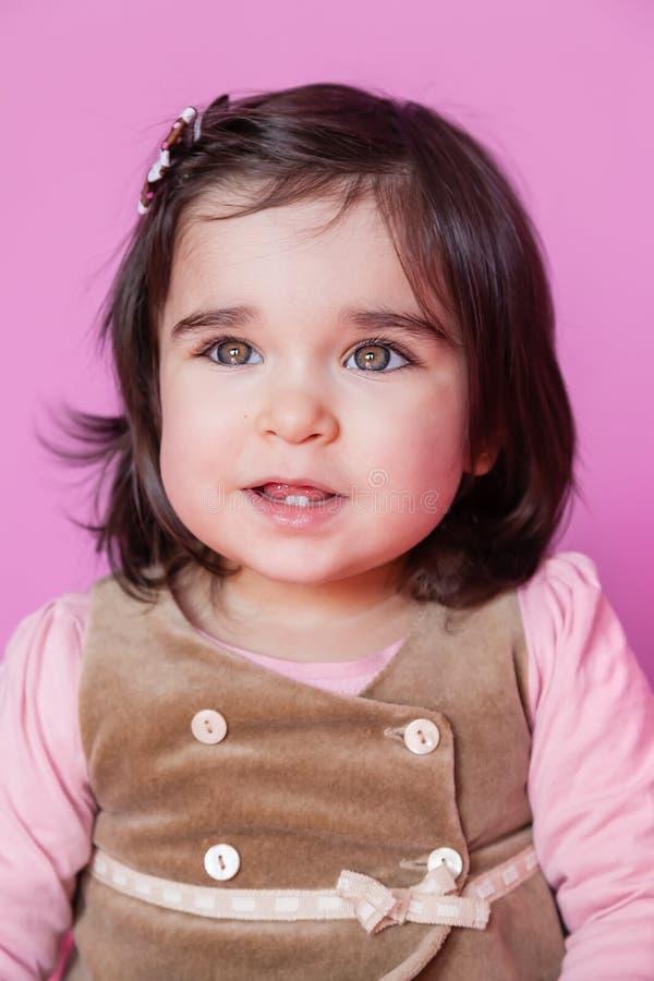 Милый, довольно и портрет счастливого малыша ребёнка усмехаясь стоковая фотография