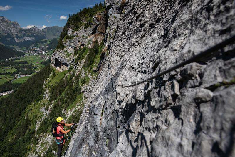 Милый, женский альпинист на a через ferrata стоковые фотографии rf