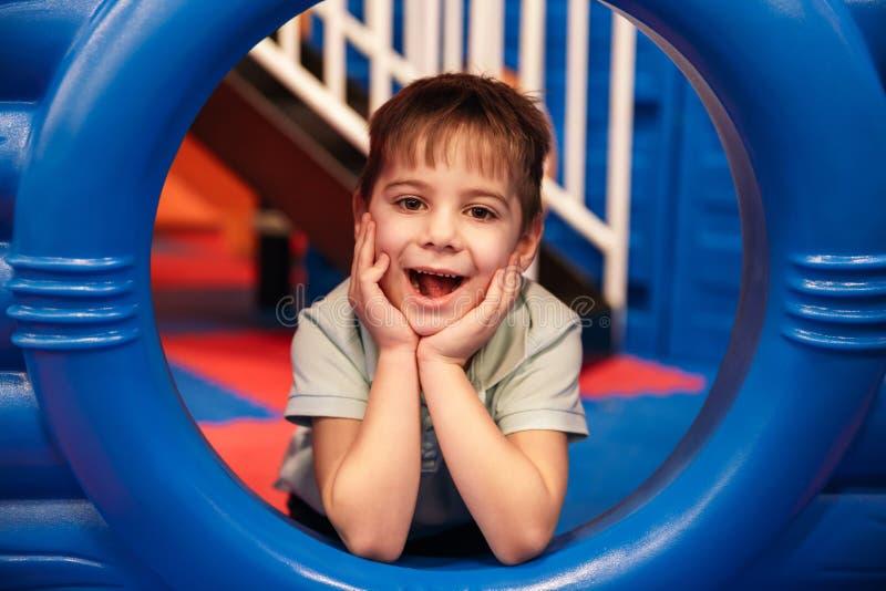 Милый жизнерадостный маленький ребенок имеет потеху стоковое изображение rf