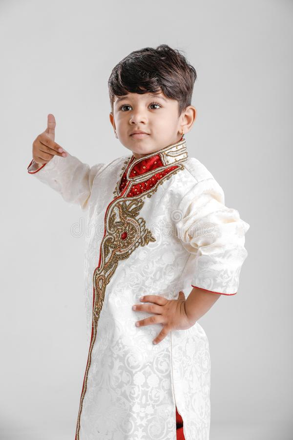 Милый индийский мальчик в этнических больших пальцах руки носки и показывать вверх стоковые фотографии rf