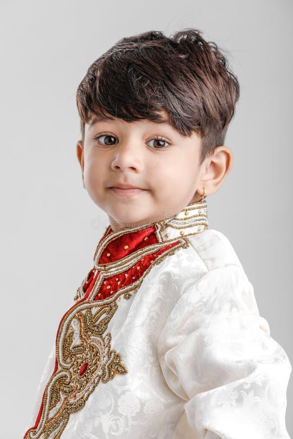 Милый индийский ребенок в традиционной носке стоковое изображение rf