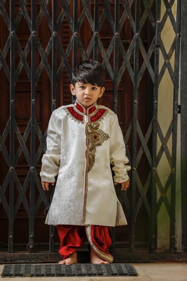 Милый индийский ребенок в традиционной носке стоковые фотографии rf