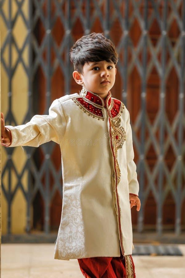 Милый индийский ребенок в традиционной носке стоковая фотография
