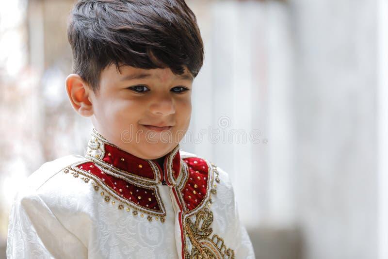 Милый индийский ребенок в традиционной носке стоковое изображение