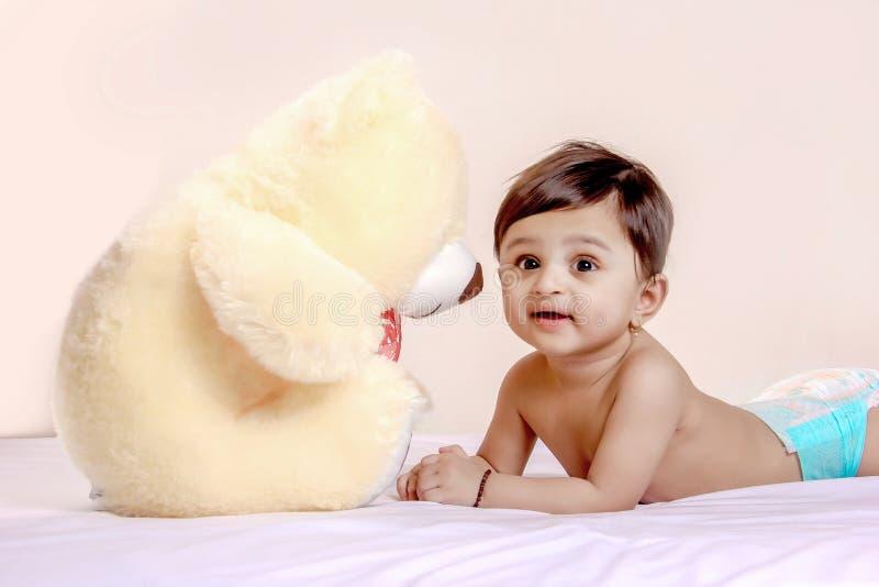 Милый индийский ребенок младенца играя с игрушкой стоковое фото