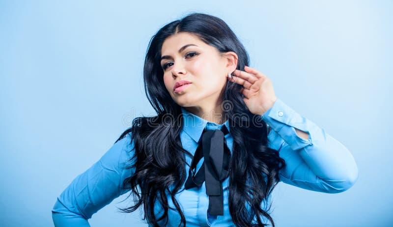 Милый и стильный макияж и косметики skincare женщины t женщина с длинным вьющиеся волосы r стоковое изображение rf