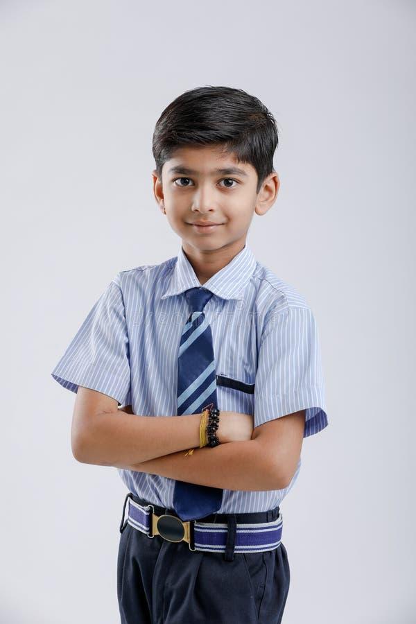 Милый маленький индеец индейца/форма азиатского школьника нося стоковое изображение