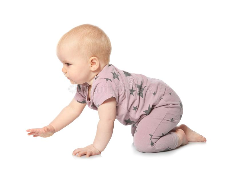 Милый маленький младенец вползая на белизне стоковое изображение rf