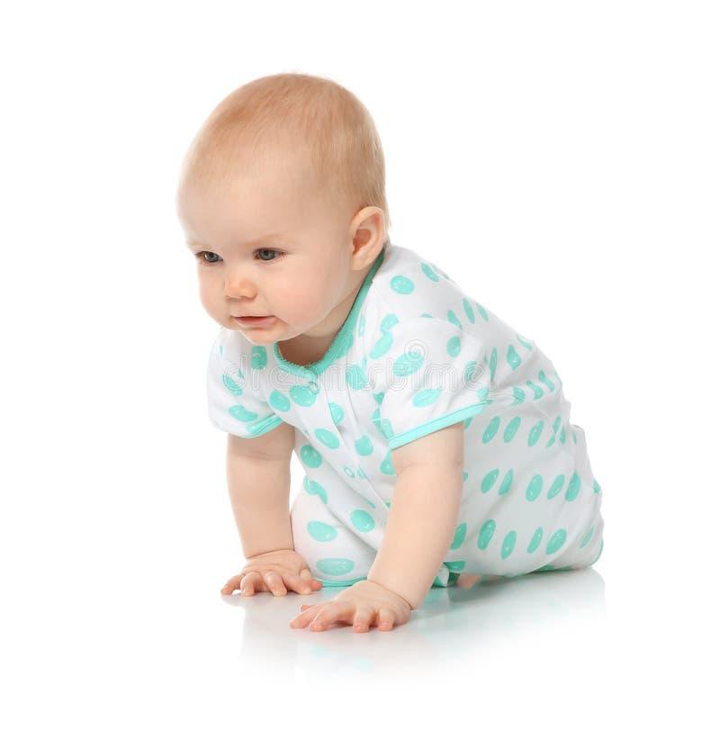 Милый маленький младенец вползая на белизне стоковые изображения rf