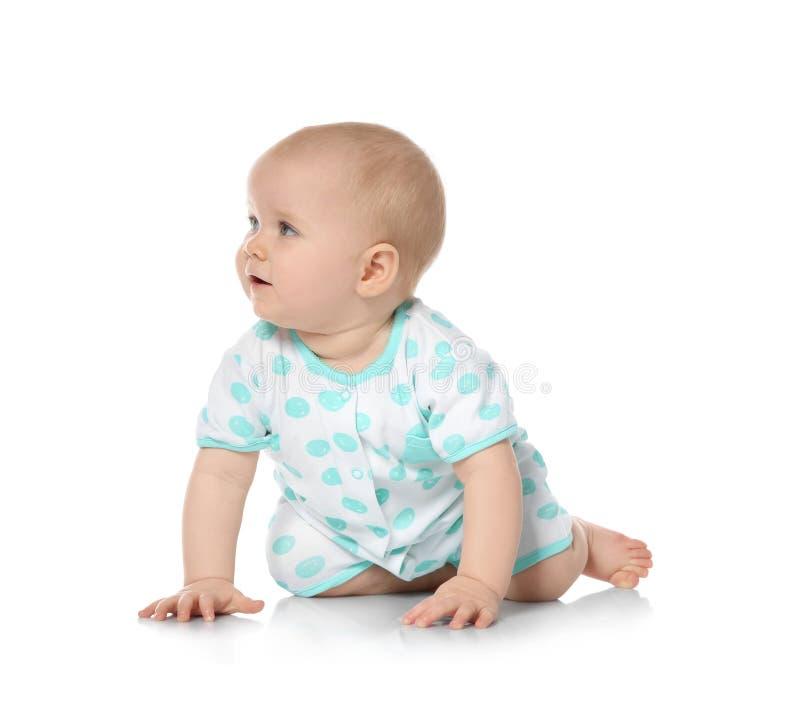 Милый маленький младенец вползая на белизне стоковые фото