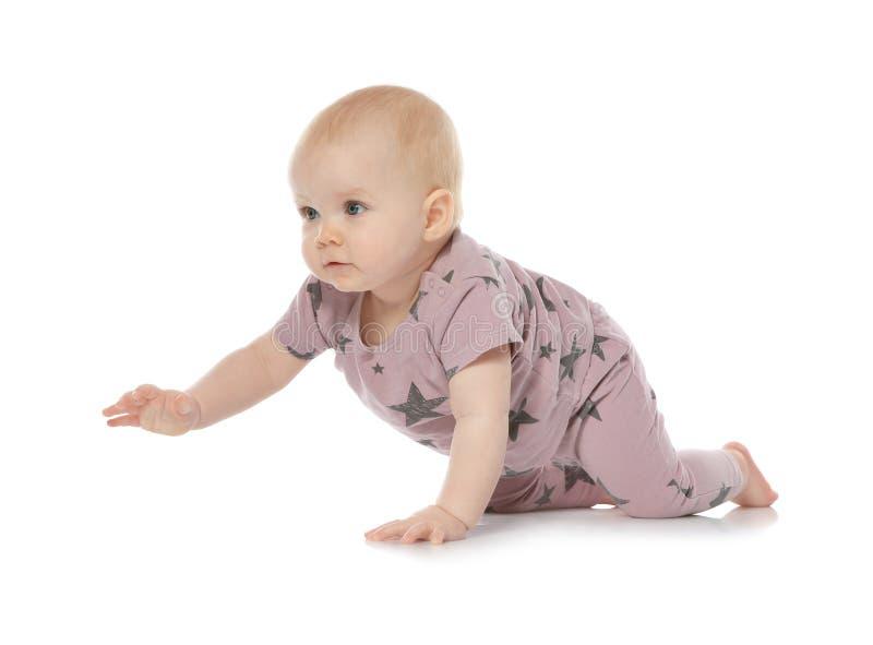 Милый маленький младенец вползая на белизне стоковая фотография rf