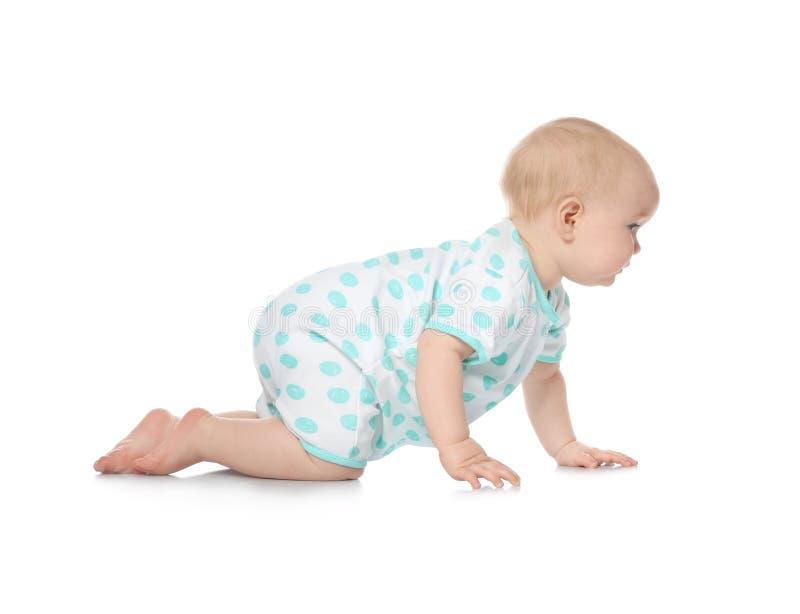 Милый маленький младенец вползая на белизне стоковое изображение