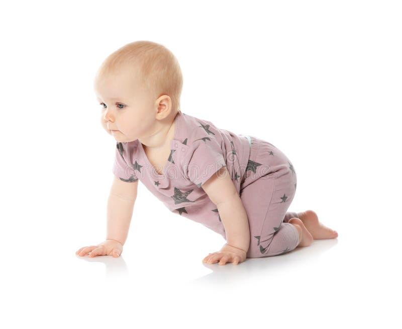 Милый маленький младенец вползая на белизне стоковое фото rf